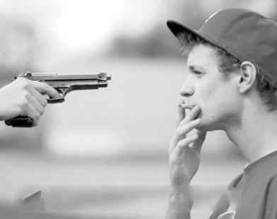 样歌曲_一个成熟男的被人拿枪指着,他却在慢慢抽烟。求这种QQ头像 ...