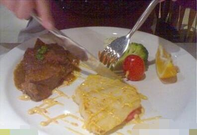 西餐哪只手拿刀_吃西餐拿刀叉的正确手势_百度知道