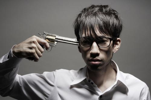 拿枪指着别人的图片_我最讨厌别人拿枪指着我的头__这是哪位人物的经典台词_百度知道