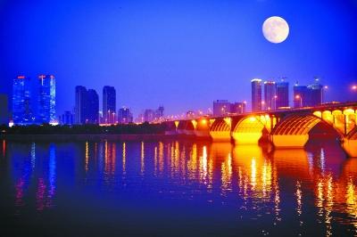 天空中有一轮明月改成比喻句