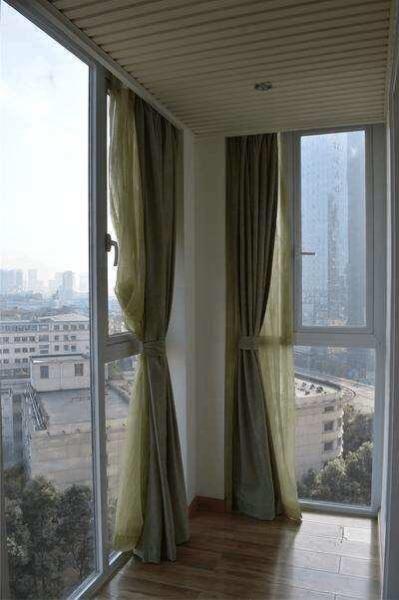 客厅阳台打通,窗帘装哪里好?