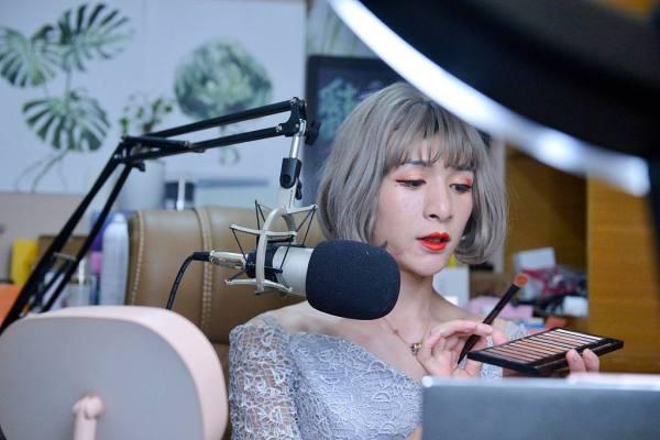 菲华国际:萝莉音女主播直播出bug秒变大妈吓坏粉丝网络主播为何不以真容示人?