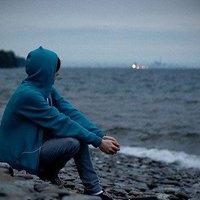 求一个坐着的男生背影的头像,面向大海的 跪求图片