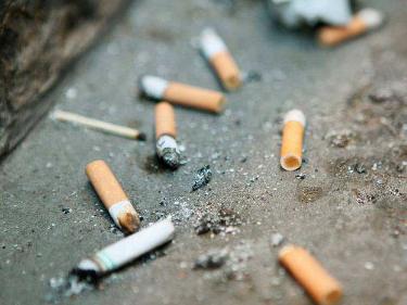 """严管烟头的西安却对城管""""扔烟头""""只罚酒三杯? 行业新闻 丰雄广告第1张"""