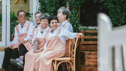 64岁林青霞素颜曝光:要优雅地老去,还是假装年轻地活着?