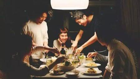 外面的饭局只是社交,请你回家吃饭的人,才是深交之交?的头图