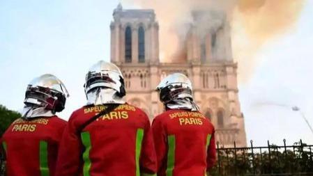 """""""巴黎圣母院烧得该!?#20445;?#20320;是人,但为什么说话禽兽不如?"""