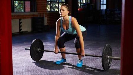 健身房撸铁:我们为什么在举起很重的东西时?#21482;?#39076;抖?的头图