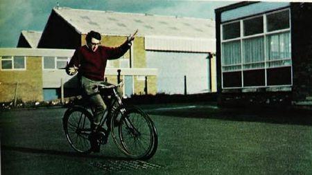 问你个简单的问题:行进中的自行车为啥不倒呢?