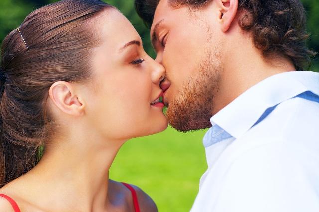 Целовать знакомого мужчину почти все сонники толкут как знак расставания с ним или измены.