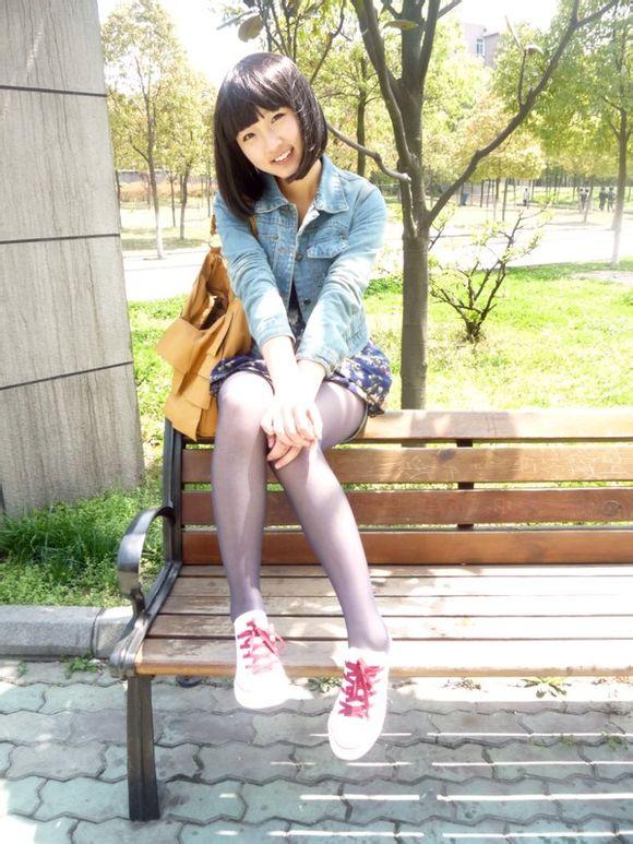 短裙丝袜_找个人,照片上是学生头+白色帆布鞋(红鞋带)+牛仔衣+黑色 ...