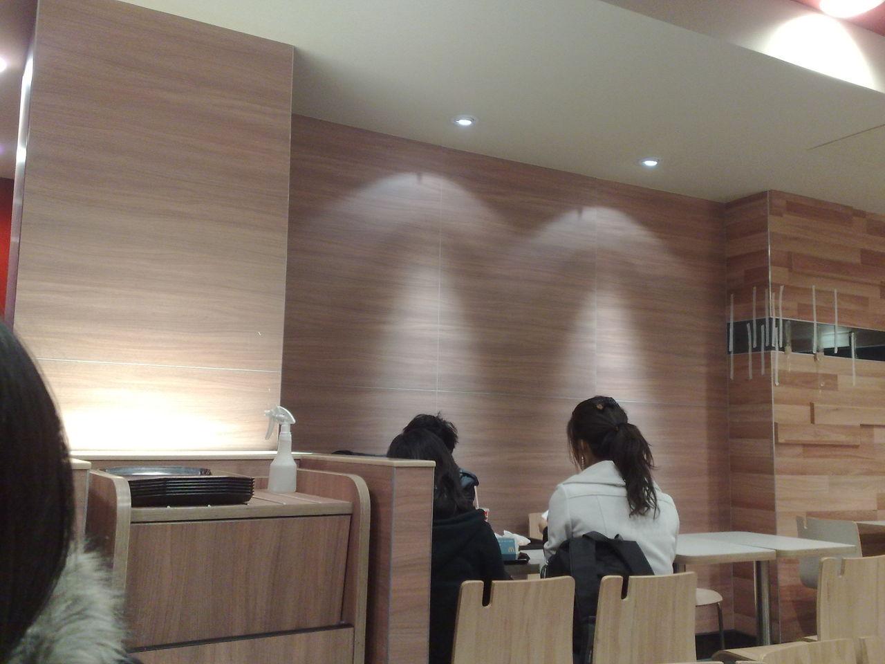 快餐店墙面装修_麦当劳那种木纹墙面是什么材料?_百度知道