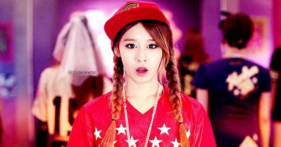 田园日记_谁能帮我找到田园日记现场版的mv朴智妍穿一身红色运动装带运动帽的
