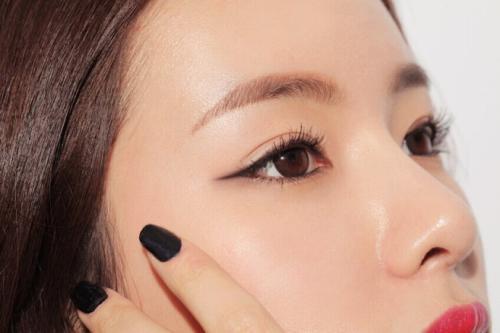 多层眼皮眼线_化妆可不可以,只画上眼线,不画眼影,不画下眼线?_百度知道