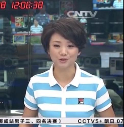 求大師告訴我,今天體壇快訊女主播穿的衣服的牌子叫什么名字?圖片