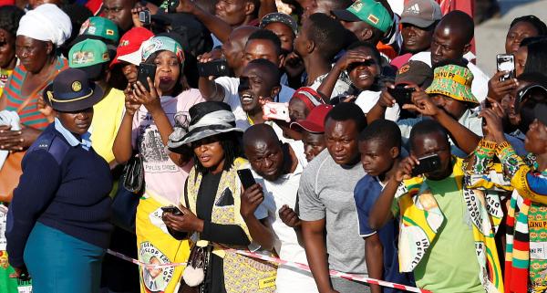 【3万亿】津巴布韦么据说现在国家只剩钱了,做一次公交都要交3万亿,这是真的吗?
