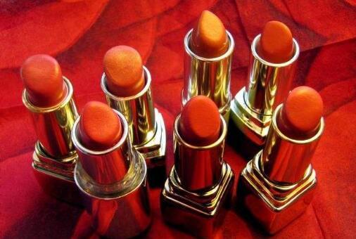 唇膏唇彩口红的区别_口红、唇膏、唇彩、唇蜜、唇釉之间有什么区别?_百度知道