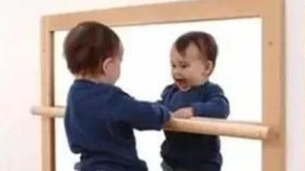 镜子里的你那么好看,拍照时为何那么丑?终于找到原因了的头图