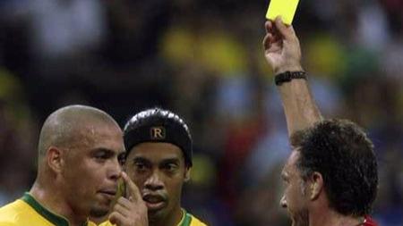 多亏了红绿灯,才有了现在足球比赛的红黄牌
