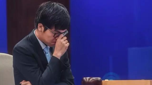 人机大战后,为什么他会失败哭泣?