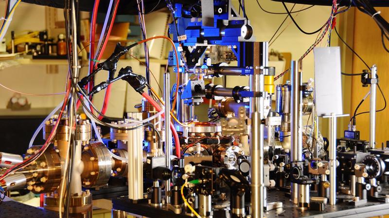 原子钟证实了爱因斯坦的电梯思想实验是对的