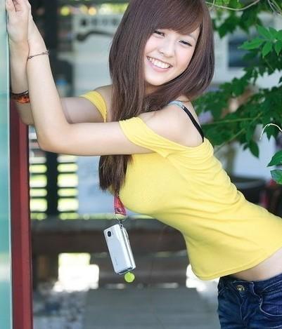 谁有黄色网站妈妈_谁知道这个黄色衣服 白色手机的美女的名字