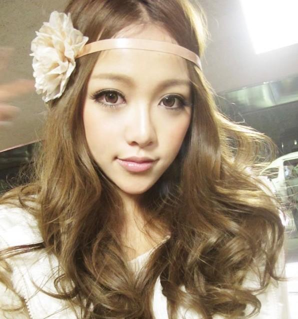 什么群色女多_请问这个图片的美女头发是什么颜色?是亚麻色不?