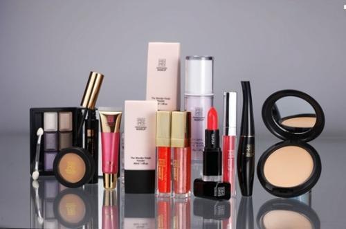 坐飞机可以化妆品吗_坐飞机最多可以带多少化妆品 最多的瓶装规定多少容量吗_百度知道