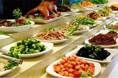 一家人去吃自助餐,怎么吃才最划算?