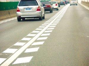什么是加速车道_道路入口减速线是什么的标志?求图_百度知道