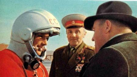 苏联宇航员进入太空时,为何随身带把枪,难道是对付外星人?