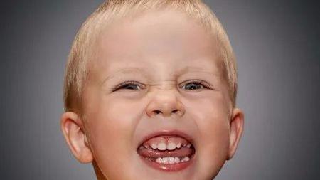 换牙时舔牙,牙齿真的会长歪吗?的头图