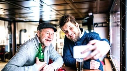研究:什么情况下可拿走老年人的手机?