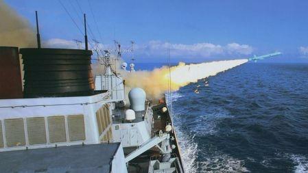 一发就能废掉宙斯盾 还能八百里外打伏击:揭秘鹰击62反舰导弹