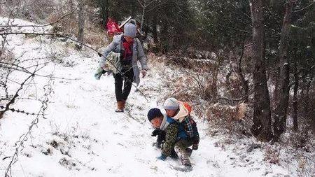 满山白雪,四川9岁男孩背着弟弟翻山,再现70年代兄弟情