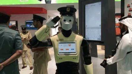 机器人当上警察, 但是你同意他们配枪吗?的头图