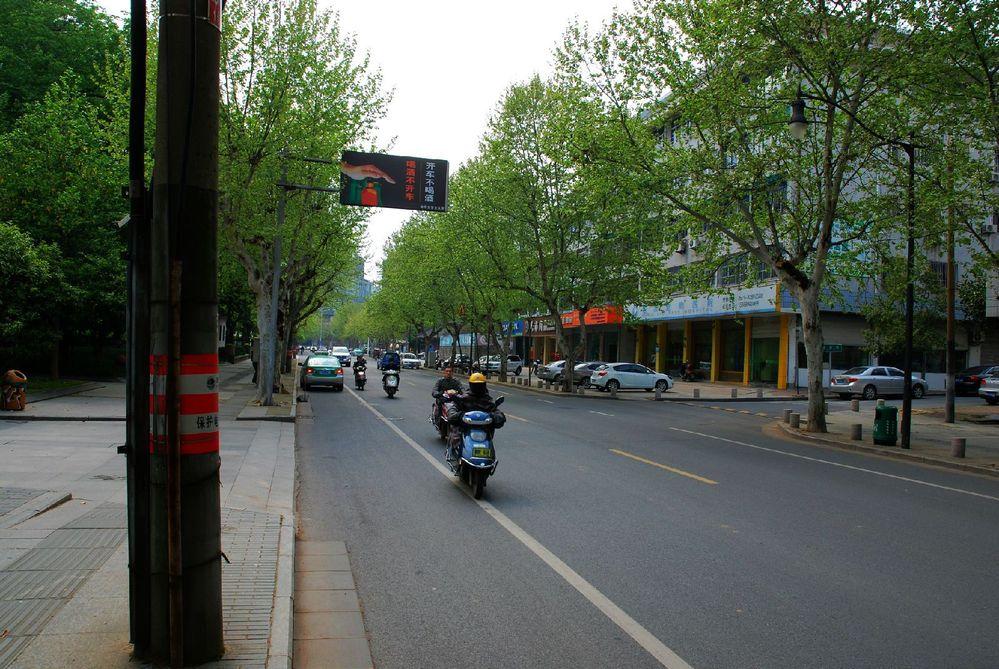 金华照片_行驶在金华的街道,虽不宽阔,但是很整洁.图片
