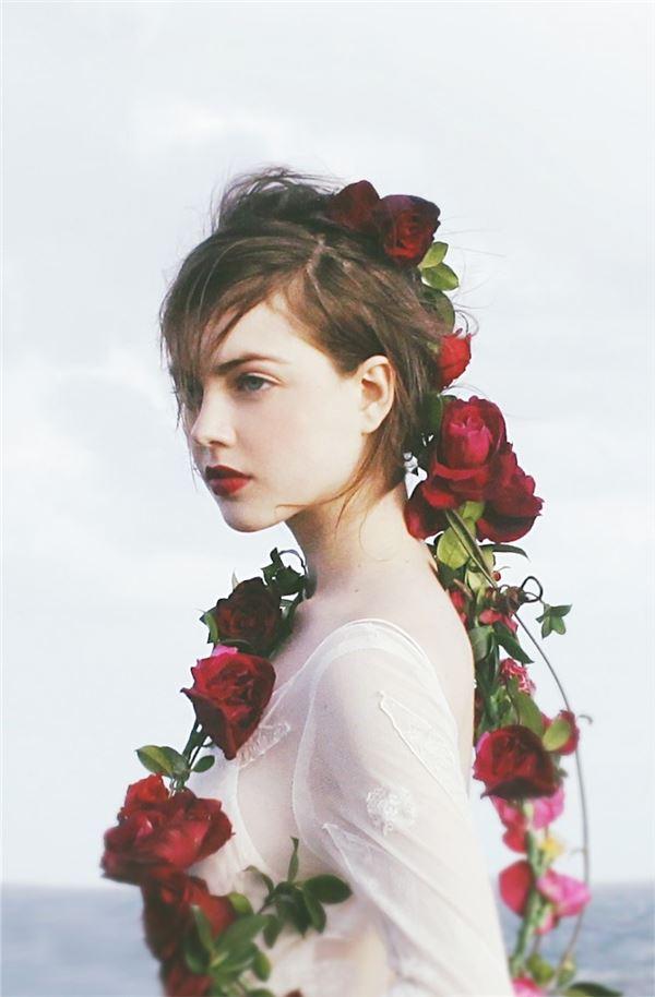 女人帮凯西的服装_图片上穿花衣服的女人是谁?在哪儿才能找到这张照片(除了穿 ...