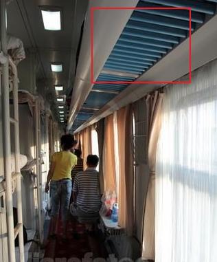 火车硬卧行李放哪里图片_坐火车硬卧车的行李架在哪里_百度知道