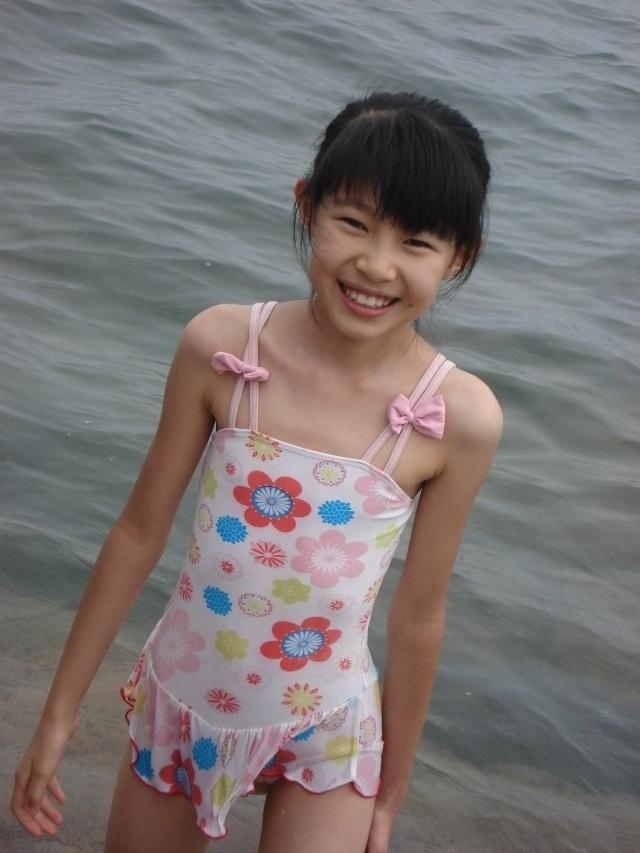 小学女生小背心图片_有没有初中女生小背心里面的图片,穿着的也行_百度知道