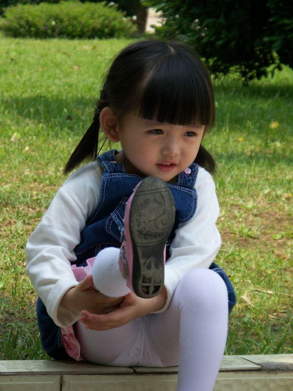 小女生穿丝袜_谁有穿白色裤袜的小学生图片_百度知道