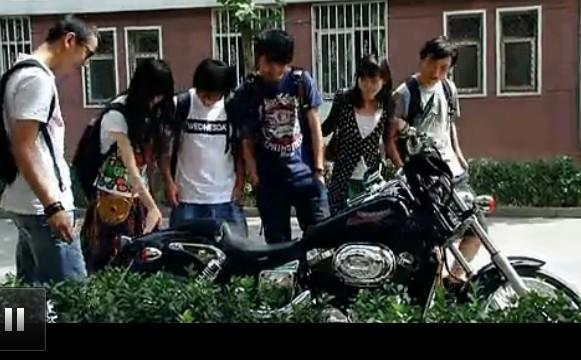 麻辣隔壁贰第10集_大家看看这个摩托车是啥牌子 具体型号 在《麻辣隔壁》第10集快结尾