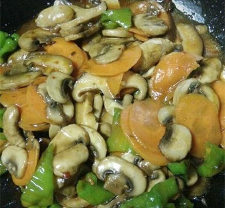 为什么炒的蘑菇老带股生味不好吃?