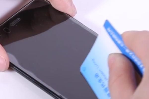 手机贴的钢化膜边缘有起泡怎么办?