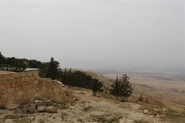 犹太教的创始人摩西率领被奴役的希伯来人逃离古埃及时,面对浩瀚红海是怎么样渡过去?
