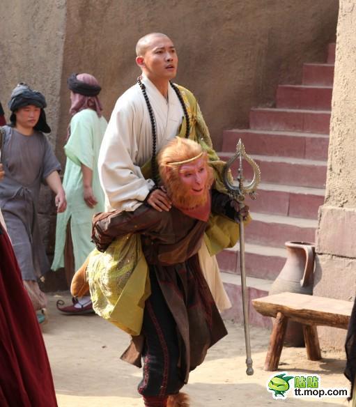 唐僧化缘手里拿的碗叫_新西游记里的唐僧