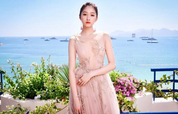 """关晓彤身着""""锡纸裙""""拍广告她都有哪些广告代言?"""