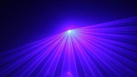 利用激光束在合金中注入或消除磁性