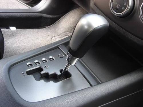 自动挡汽车,一个刹车,一个油门,用两只脚好,还是一只脚控制图片