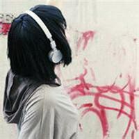 非主流女傷感帶耳機聽音樂的唯美圖片,一定要帶耳機聽圖片